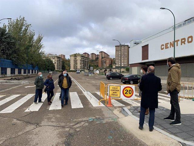 El alcalde de Valladolid y el concejal de Movilidad y Espacio Urbano, a la derecha, observan la calle Costa Rica.