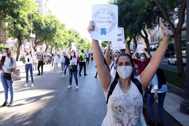 Pla mitjà d'una professional de l'estètica, en la concentració que han fet els treballadors del sector a Tarragona. Foto del 23 d'octubre del 2020 (horitzontal).