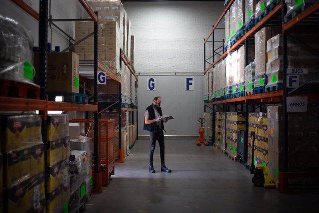 Un treballador del Banc dels Aliments al magatzem de la Zona Franca de Barcelona, 23 d'octubre del 2020.