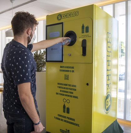Ecoembes instalará antes de final de año 100 máquinas que permiten obtener recompensas por reciclar latas y botellas