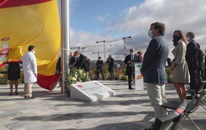 Una bandera de España con 25 metros de mástil honra desde hoy en Valdebebas la memoria de las víctimas del Covid