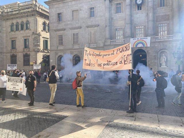 El sector de la restauració protesta a la plaça de Sant Jaume de Barcelona contra el tancament de bars i restaurants. 23 d'octubre del 2020.