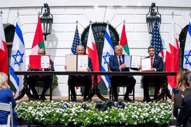 El presidente de EEUU, Donald Trump; el ministro de Exteriores de Bahréin, Abdullatif bin Rashid al Zayani; el primer ministro israelí, Benjamin Netanyahu, y el ministro de Exteriores de EAU, jeque Abdulá bin Zayed Al Nahyan