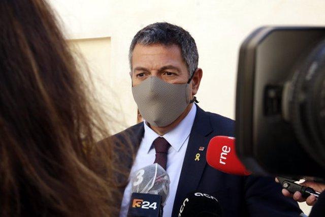 Pla mitjà del conseller d'Interior, Miquel Sàmper, atenent els mitjans el 23 d'octubre del 2020 (horitzontal)