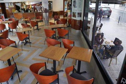 Los bares de Santiago podrán poner terrazas en un máximo de dos plazas para coches hasta el 5 de abril