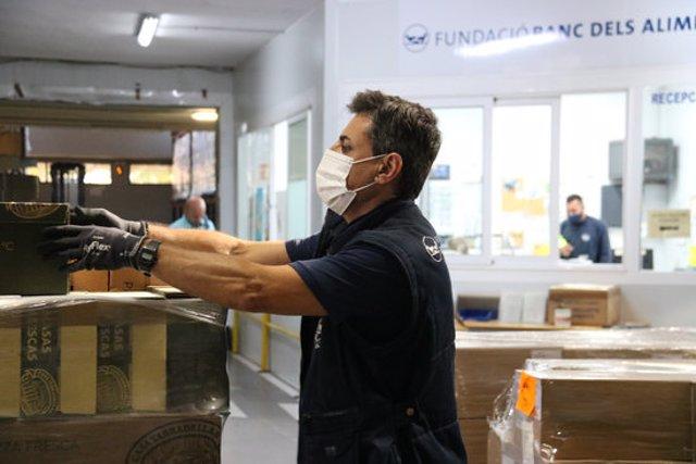 Un treballador del Banc dels Aliments fa recompte de productes. Imatge del 23 d'octubre del 2020. (Horitzontal)