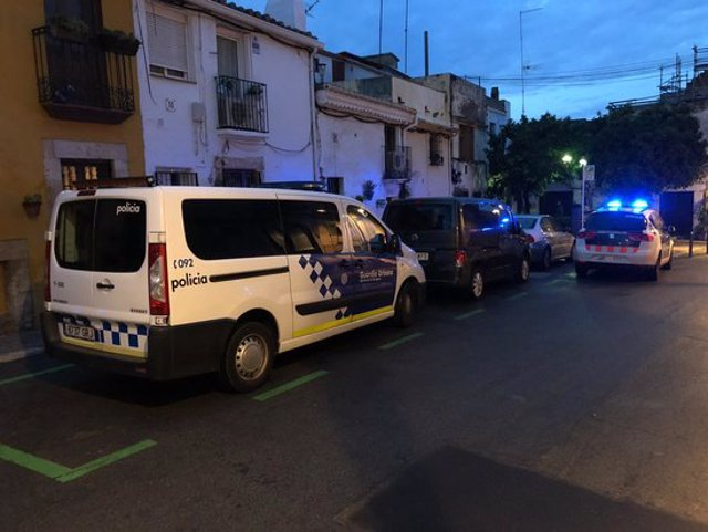 Pla obert de vehicles policials davant d'un domicili de la plaça Sant Joan de Tarragona on s'ha fet una actuació per tràfic de drogues. Imatge del 23 d'octubre del 2020. (Horitzontal)