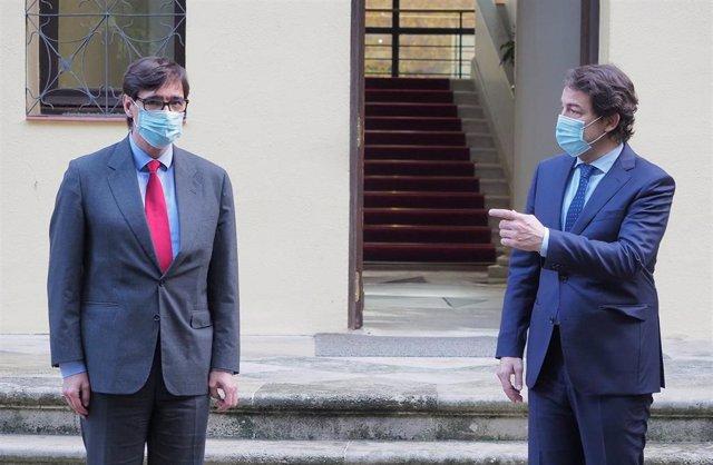 El ministro de Sanidad, Salvador Illa y el presidente de la Junta de Castilla y León, Alfonso Fernández Mañueco, posan en una fotografía a su llegada a una reunión programada entre ambos en Valladolid