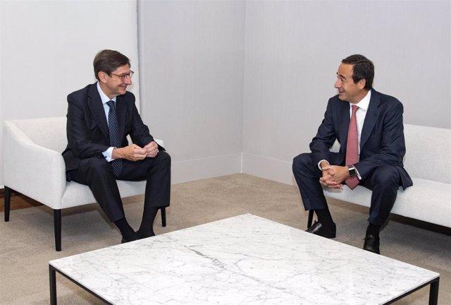 (I-D) José Ignacio Goirigolzarri, presidente de Bankia y que será presidente ejecutivo de la nueva entidad, y  Gonzalo Gortázar, el consejero delegado de CaixaBank y que será consejero delegado de la nueva entidad.