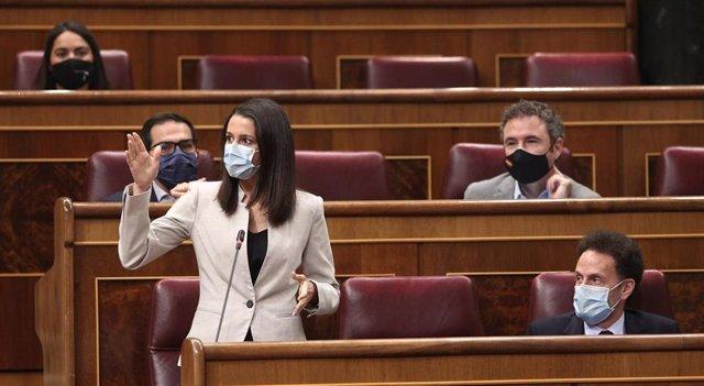 La presidenta de Ciudadanos, Inés Arrimadas, interviniendo desde su escaño en el Congreso de los Diputados junto al portavoz parlamentario adjunto, Edmundo Bal.