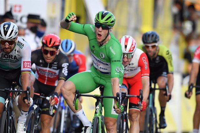 El corredor irlandès Sam Bennett ( Deceuninck-Quick-Step) celebra el triomf en l'última etapa de la 107à edició del Tour de França