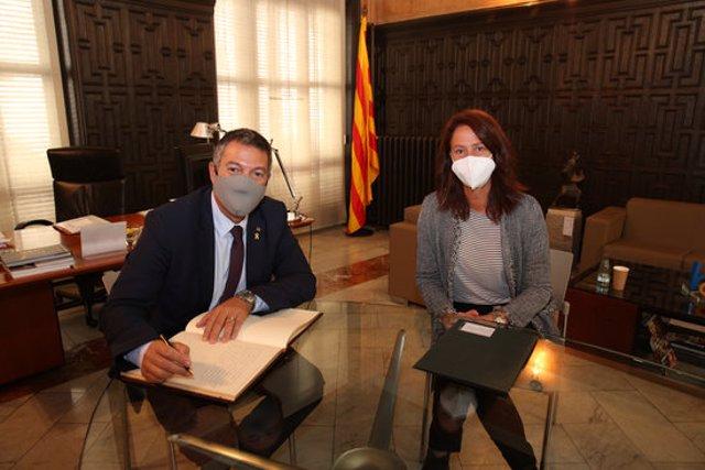 Pla mitjà de l'alcaldessa de Girona, Marta Madrenas, i el conseller d'Interior, Miquel Sàmper, aquest divendres 23 d'octubre de 2020 a Girona. (Horitzontal)