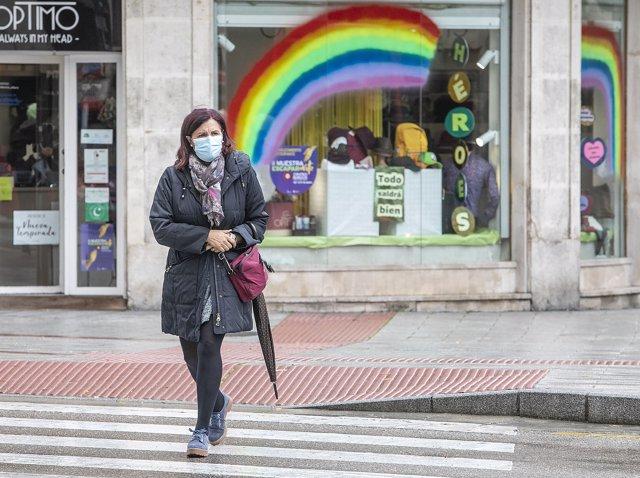 Una mujer pasea por una céntrica calle de Burgos, Castilla y León (España), a 21 de octubre de 2020