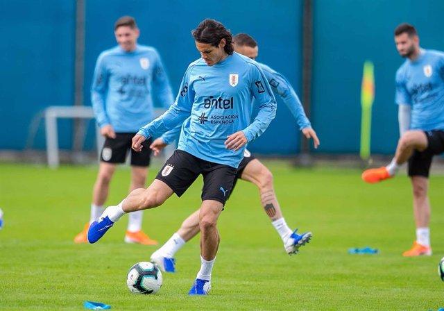 Fútbol.- Cavani y Giménez vuelven con Uruguay para los partidos ante Colombia y