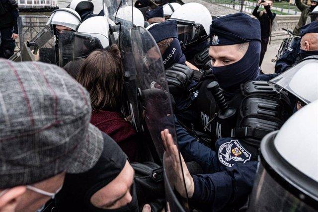 Polonia.- Las protestas por la reforma de la ley del aborto se extienden a más d