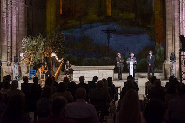 Pla general on es pot veure un moment de l'acte d'entrega del títol de Fill Predilecte de la ciutat de Lleida a l'escriptor, Josep Vallverdú, a la Seu Vella, el 23 d'octubre de 2020. (Horitzontal)