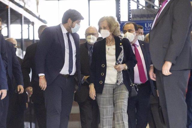 El jefe del Ejecutivo regional, Fernando López Miras, acompaña a Su Majestad la Reina Doña Sofía en su visita al Banco de Alimentos del Segura