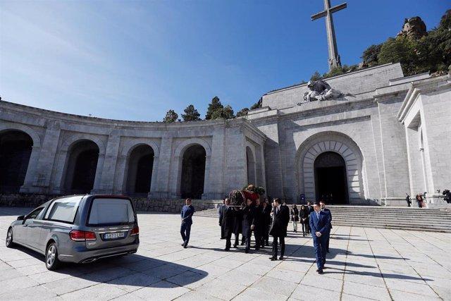 Familiares de Francisco Franco portan el féretro con los restos mortales del dictador tras su exhumación en la basílica del Valle de los Caídos, en Madrid, a 24 de octubre de 2019.