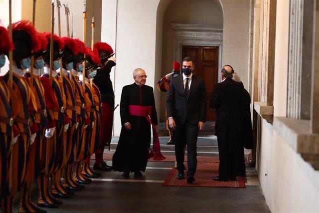 El president del Govern Pedro Sánchez a la seva arribada al Vaticà, rebut pel regenti de la Casa Pontifícia, Monseñor Leonardo Sapienza. 24 d'octubre del 2020