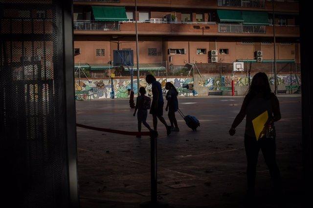 Pares i alumnes al pati d'un col·legi durant el primer dia del curs escolar 2020-2021, a Barcelona, Catalunya (Espanya), 14 de setembre del 2020.