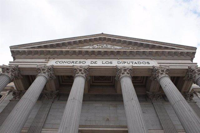 Fachada del Congreso de los Diputados durante el estado de alarma decretado por el coronavirus, en Madrid (España), a 16 de marzo de 2020.
