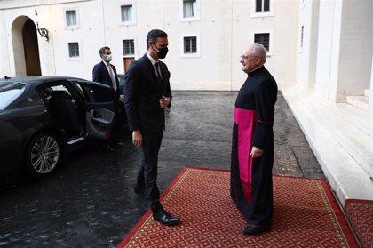 El Papa regala a Sánchez un relieve de una mujer con un niño, unas manos entrelazadas y una barca con migrantes