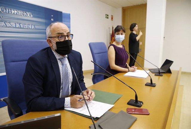 El consejero de Sanidad, Miguel Rodríguez, y la directora general de Salud Pública, Paloma Navas