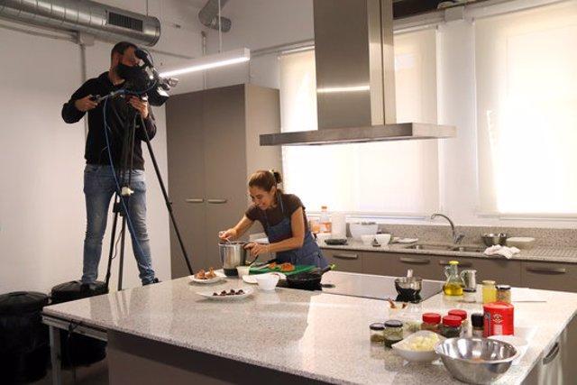 Pla general de la cuinera Ada Parellada, en un dels 'showcookings' de 'Tastets de Fira' de Riudoms. Foto del 24 d'octubre del 2020 (horitzontal).