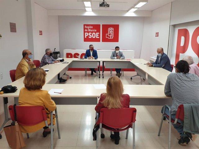 El secretario general del PSRM, Diego Conesa, el portavoz socialista del Ayuntamiento de Murcia, José Antonio Serrano, y el concejal Enrique Lorca se reunen con representantes de la Plataforma Pro Soterramiento