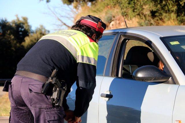 Pla tancat d'un agent dels Mossos d'Esquadra en un control per evitar l'entrada de vehicles privats al Parc Natural del Montseny, el 24 d'octubre del 2020 (horitzontal)