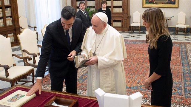 El presidente del Gobierno, Pedro Sánchez, intercambia regalos con el Papa durante su visita en el Vaticano, acompañado de su esposa Begoña Gómez. A 24 de octubre de 2020 en el Vaticano