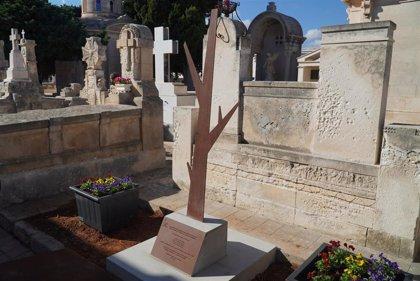 El Govern inaugura una escultura en el cementerio de Mahón en recuerdo a cuatro víctimas de la represión franquista