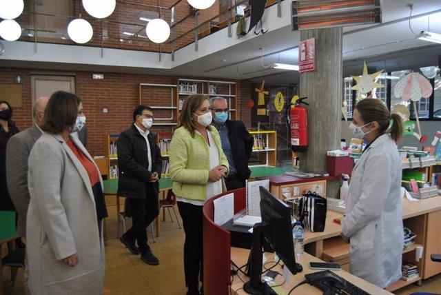 La consejera de Educación, Rosa Ana Rodríguez, visita la biblioteca pública de Albacete.