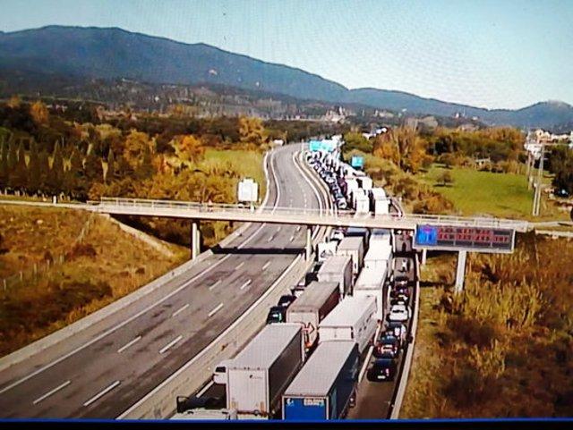 Cua de cotxes i camions aturats en sentit nord a l'AP-7 a l'Alt Empordà per la manifestació contra la guerra a Armènia, el 24 d'octubre del 2020 (Horitzontal).