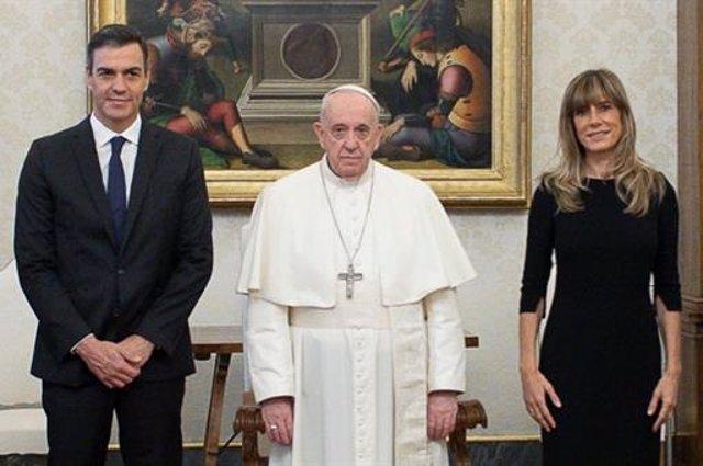 El presidente del Gobierno, Pedro Sánchez, se ha reunido por primera vez con el Papa Francisco, en el Vaticano, acompañado por su esposa Begoña Gómez. A 24 de octubre de 2020, en el Vaticano