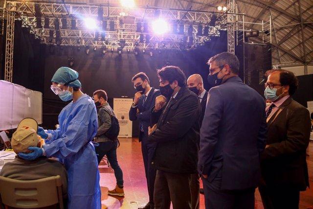 Imagen de archivo del consejero de Vivienda y Administración Local de la Comunidad de Madrid, David Pérez, durante su visita al dispositivo donde trabajadores sanitarios realizan realizar tests de antígenos eb Alcobendas.