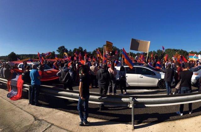 Una concentració de la comunitat armènia i l'entitat Associació Armènia a Catalunya Ararat talla l'AP-7 a La Jonquera (Girona)
