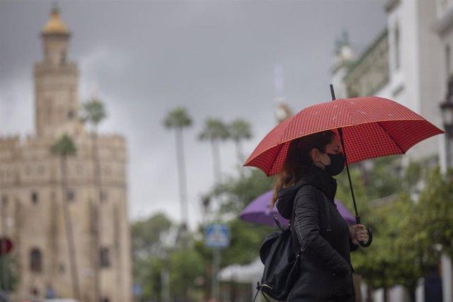 Una mujer bajo siu paraguas durante una jornada de lluvia. En Sevilla (Andalucía, España), a 22 de octubre de 2020.