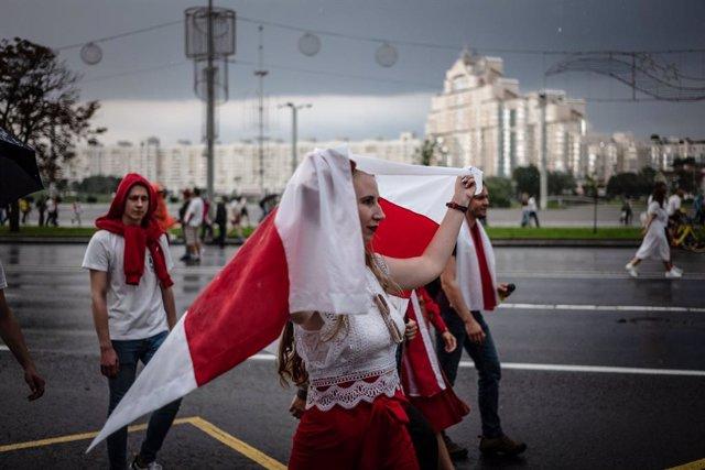 Bielorrusia.- Cientos de mujeres abanderan una nueva protesta contra el presiden