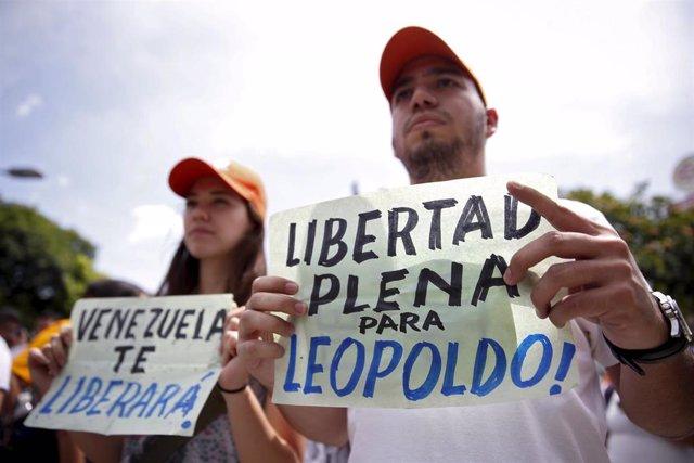 Manifestantes en apoyo al líder opositor venezolano Leopoldo López