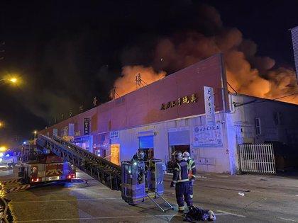 Controlado el incendio en una nave industrial en el polígono Cobo Calleja de Fuenlabrada