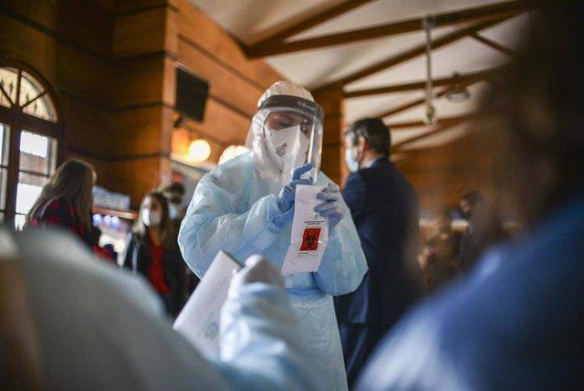 Un trabajador sanitario realiza test en Chile.