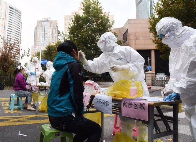 El personal sanitario realiza pruebas de detección de coronavirus