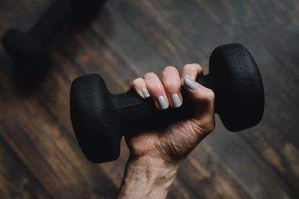 ¿Hacer pesas con un brazo y lograr fuerza en el otro? Eso asegura este estudio