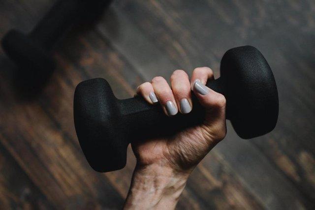 Un estudio asegura que el entrenamiento de fuerza con un brazo puede mejorar la