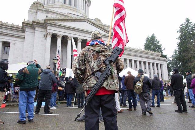 Simpatizante de las milicias estaounidenses durante un mítin en Olympia (Washington)