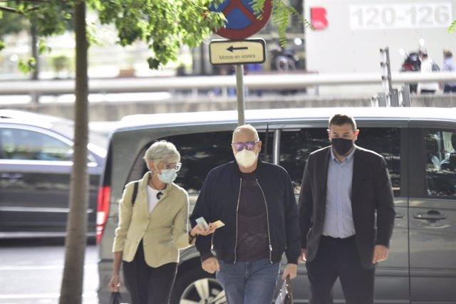 El productor de televisió Joan Maria Mainat arriba al jutjat a Barcelona al costat de la seva advocada, Olga Tubau, per declarar pel seu presumpte intent d'assassinat