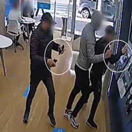 Una càmera de seguretat capta els dos detinguts robant en una de les botigues de telefonia (Horitzontal).