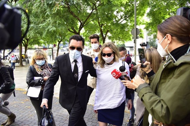 L'esposa del productor de televisió Josep Maria Mainat, Angela Dobrowolski, arriba a la Ciutat de la Justícia de Barcelona al costat del seu advocat Jorge Albertini.