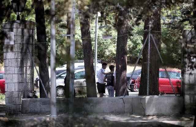 Dos jóvenes caminan por las inmediaciones del centro de primera acogida de menores extranjeros no acompañados